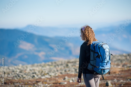 Young woman enjoying nature on backpacking trip in the mountains Fototapet