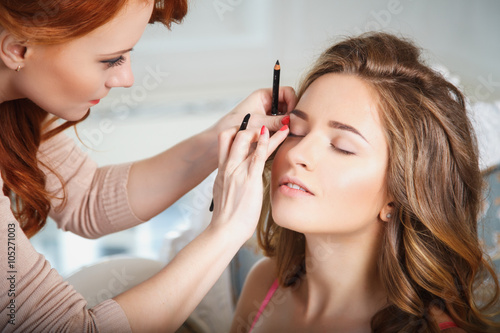 Obraz makeup artist preparing bride before the wedding in a morning - fototapety do salonu