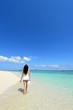 沖縄の美しい海でくつろぐ女性