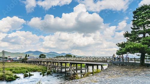 In de dag Kyoto 京都嵐山の渡月橋風景