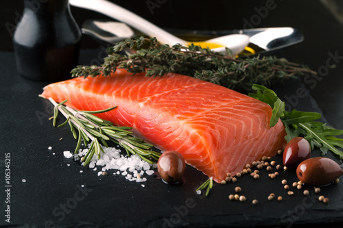 Photo  Fresh salmon with spices, herbs, rosemary and olive oil