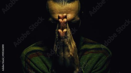 Leinwand Poster Pray in the Dark