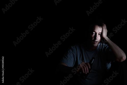 Fotografie, Obraz  Starší muž zobrazující deprese při pití