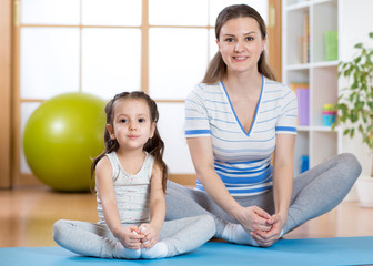 Fototapeta Fitness / Siłownia Happy mom and kid daughter spends time in the gym