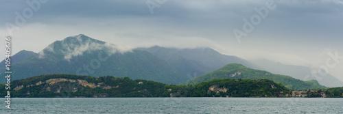 Fotografering  Lago Maggiore und südliche Alpen an einem Regentag, Norditalien