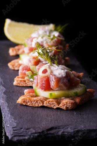 Recess Fitting Appetizer Smörrebröd mit Thunfisch