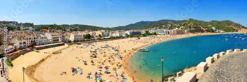Fotografie, Tablou A crowd of vacationers enjoy the warm beaches of Costa Brava