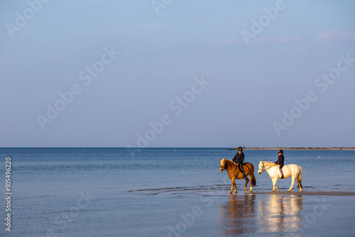 Photo  Zwei Kinder reiten am Strand von Laboe