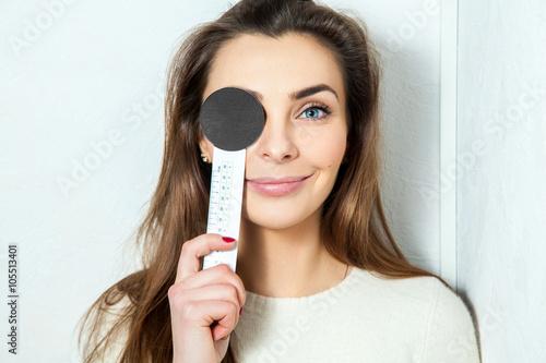 Fotografía  young beautiful girl checks eyesight ophthalmologist