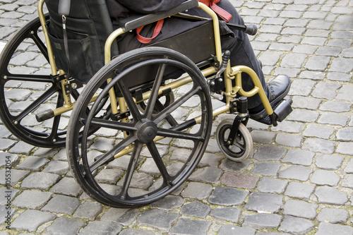 Sedie A Rotelle Roma : Donna su una sedia a rotelle a roma u2013 kaufen sie dieses foto und