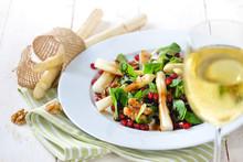 Weißer Spargel Auf Feldsalat Mit Kandierten Walnüssen Und Granatapfelkernen, Dazu Ein Glas Weißwein - Salad With White Asparagus, Lamb's Lettuce, Candied Walnuts And Pomegranate Seeds