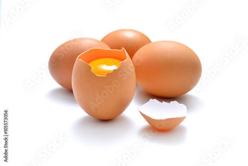 Plakat Zamyka up krakingowy jajko odizolowywający na białym tle