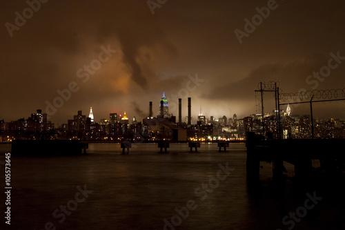 Ingelijste posters Centraal Europa Steamy Manhattan seen from Williamsburg at Night Cold-Winter