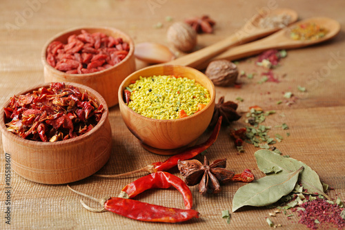Papiers peints Herbe, epice 2 Assorted spices on wooden table closeup
