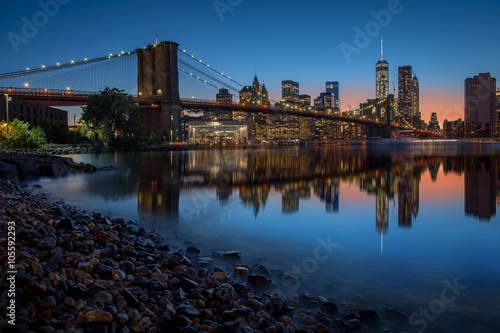 Photo  Brooklyn Bridge and Manhattan skyline in New York City over the East River at ni