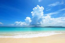 沖縄の美しいビーチと積乱雲