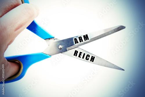 Foto  Schere between Arm und Reich