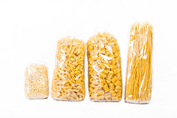 Verschiedene Nudelsorten in Tüten