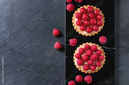 Foto op Plexiglas Dessert Tartlet with raspberries
