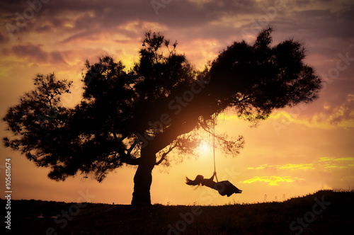 Photo  woman silhouette on swing