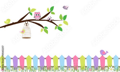 Rama de árbol con jaula y pájaros.