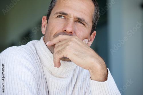 Fotografía  portrait d'homme en pull blanc