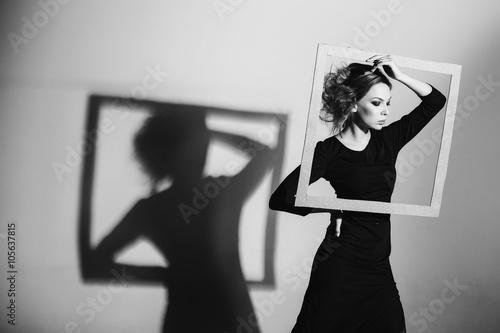 Naklejka premium Charyzmatyczna ramka kobiety w jego rękach, modne ubranie, czarno-białe zdjęcie, negatywność studyjna, samotność, rozwód, ból, depresja
