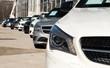 Autos in diagonaler Reihe