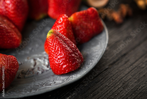 Foto op Aluminium Vruchten Closeup of a plate of strawberries
