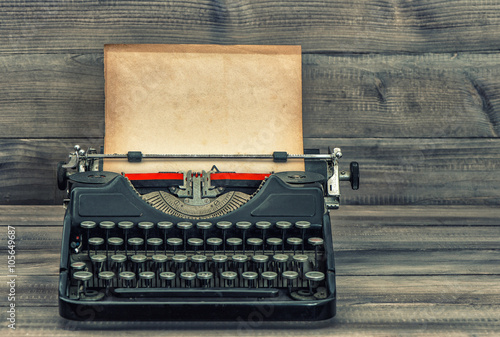 In de dag Retro Antique typewriter with grungy textured paper page