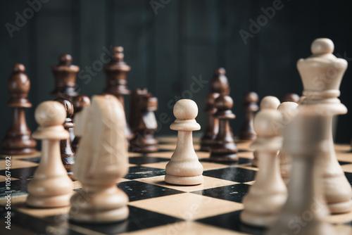 Pièces d'échecs sur l'échiquier Tableau sur Toile