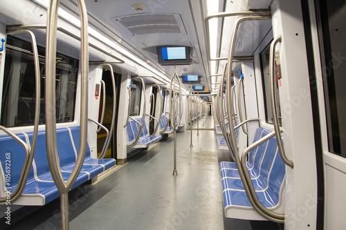 Fotomural interno di un vagone della metropolitana a roma