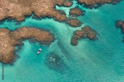 Fotografie, Obraz Vista aérea de recifes de corais com atividades aquáticas