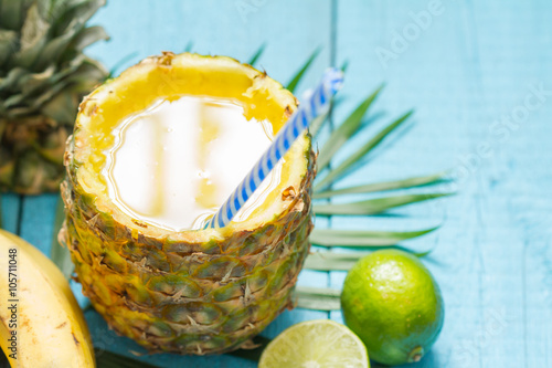 Poster Oceanië Exotic freshly squeezed juice with pineapple and lime