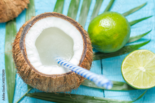 Poster Oceanië Exotic freshly squeezed juice with coconut and lime