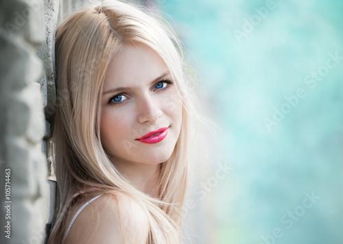 Fotografía  Vera, blonde face nature summer, blue background