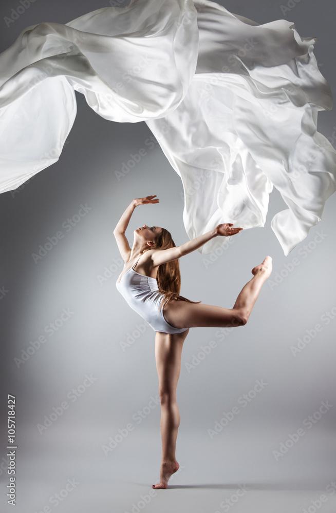Plakat  Piękna młoda dziewczyna tańczy. Płynąca tkanina.