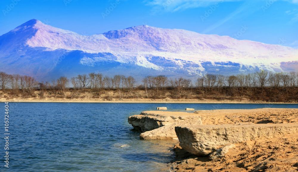 Obraz Krajobraz jeziora z górami w tle. fototapeta, plakat