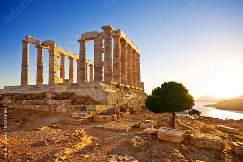 Poster Rudnes Greece. Cape Sounion - Ruins of an ancient Greek temple of Poseidon before sunset