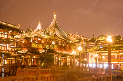 Obrazy na płótnie Canvas Chinese traditional Yuyuan Garden building scenery in night illumination, Shanghai
