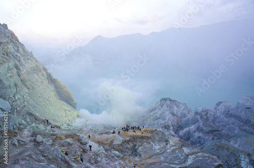 Photo  Ijen volcano in East Java contains the world's largest acidic volcanic crater lake, called Kawah Ijen, spewing out sulphur smoke in the morning