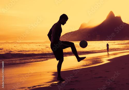 Spieler am Strand in Rio bei Sonnenuntergang Canvas Print