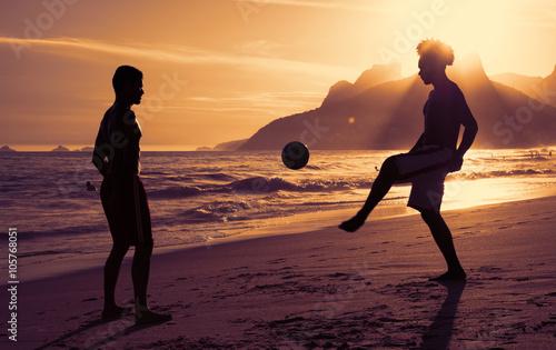 Photo  Zwei Fussballer am Strand in Rio bei Sonnenuntergang