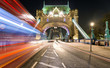 Tower Bridge in London mit einfahrendem Bus