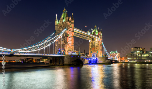 Tower Bridge in London bei Nacht - 105774000