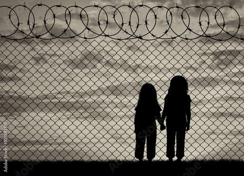Fotografia Silhouette of hungry children refugees