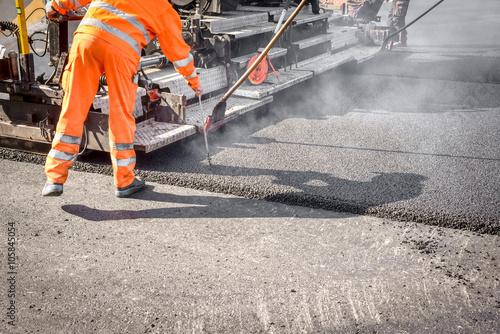 Photo  Straßenbau, Asphaltierungsarbeiten für neuen Straßenbelag