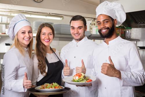 Carta da parati waitress and cooking team at kitchen