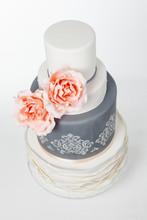 Vacker Tårta I Tre Våningar Dekorerad Med Två Stora Rosor