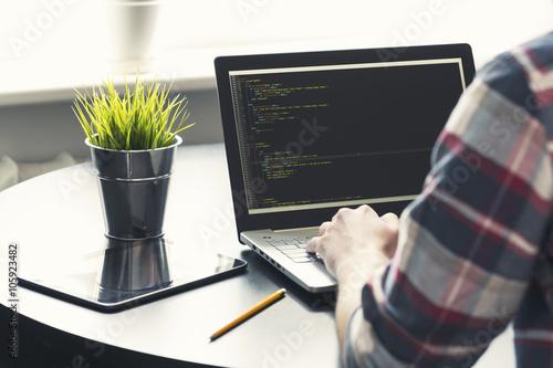 Fotografía  Programador que trabaja en la computadora portátil en la oficina